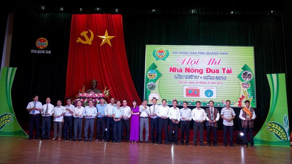 Lê Thị Minh Tâm-PCT Hội Nông dân tỉnh cùng đại biểu 18 đơn vị dự thi