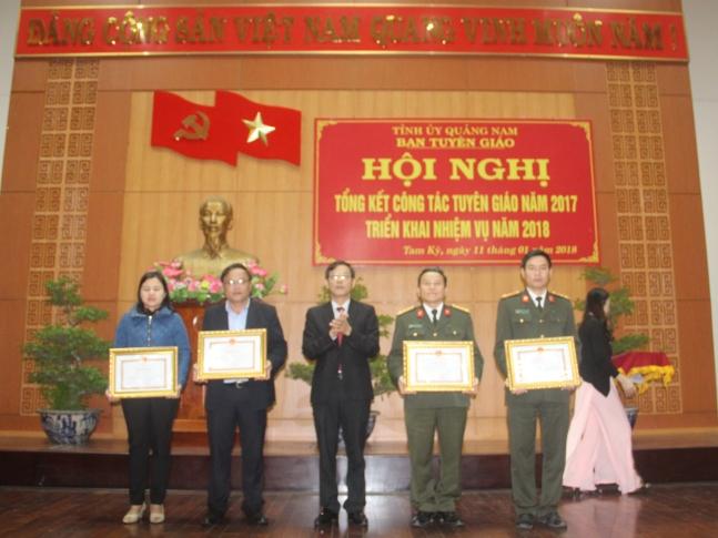 Đ.c Nguyễn Chín - UVBTV, Trưởng ban Tuyên giáo Tỉnh ủy trao tặng Bằng khen UBND tỉnh cho các tập thể và cá nhân có  thành tích xuất sắc trong thực hiện nhiệm vụ công tác tuyên giáo 2017