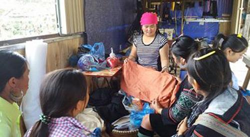 Lao động nông thôn được học nghề may thổ cẩm. Ảnh: Minh Nguyệt