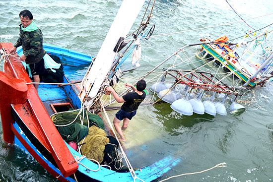 Một tàu cá bị tai nạn trên biển. Ảnh: V.N