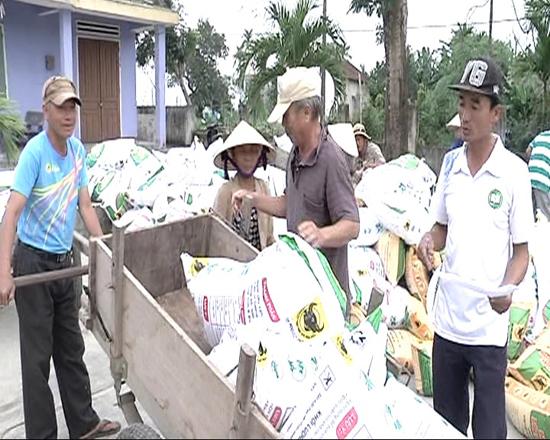 Nông dân tại các địa phương nhận phân bón trả chậm