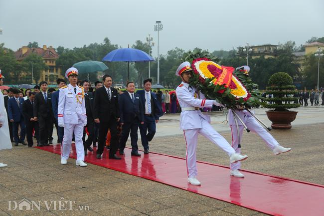 Chủ tịch BCH TƯ Hội NDVN Thào Xuân Sùng dẫn đầu đoàn đại biểu kính cẩn vào Lăng viếng Chủ tịch Hồ Chí Minh.