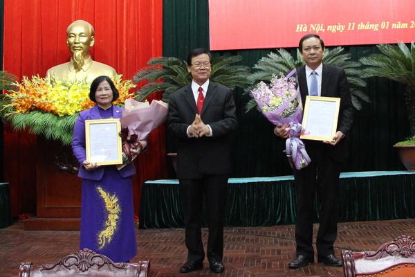 Ủy viên T.Ư Đảng, Phó Trưởng Ban Tổ chức T.Ư Hà Ban trao Quyết định nghỉ hưu cho nguyên hai Phó Chủ tịch T.Ư Hội NDVN