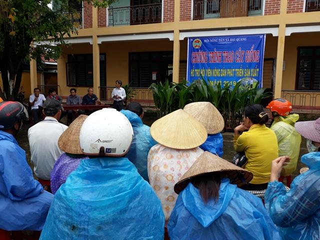 HND xã Đại Quang trao dừa giống cho HVND