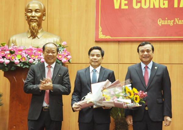 Các đồng chí Phan Việt Cường và Đinh Văn Thu trao quyết định chuẩn y, tặng hoa chúc mừng đồng chí Lê Văn Dũng