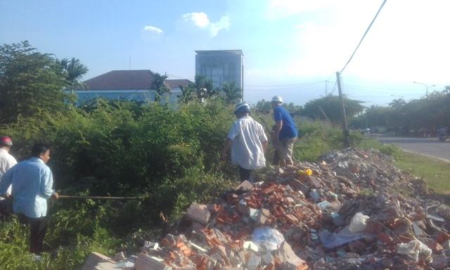 Cán bộ, hội viên, quân dân chính khối phố ra quân tiêu diệt cây Mai dương trên tuyến đường Nam Quảng Nam