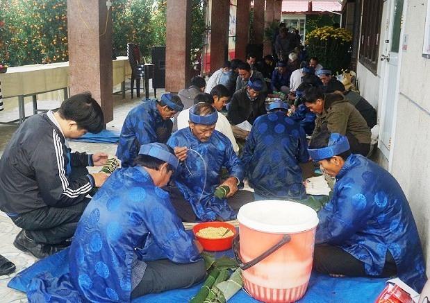 Nông dân huyện Thăng Bình thi gói bánh tét. Ảnh: BIÊN TÂN