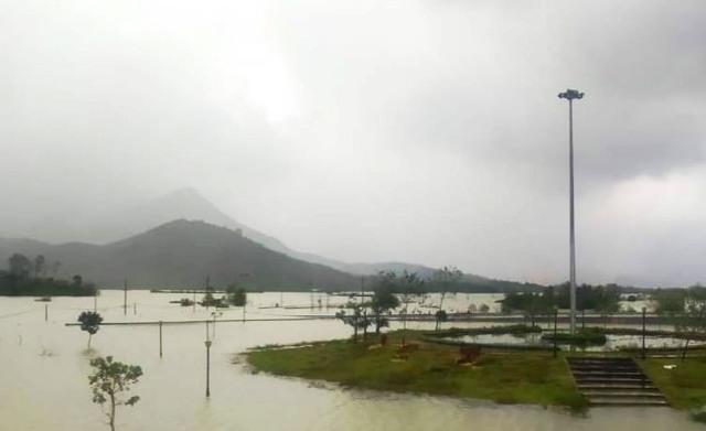 Huyện Nông Sơn bị chia cắt, tê liệt hoàn toàn trong lũ. Ảnh: MINH THÔNG