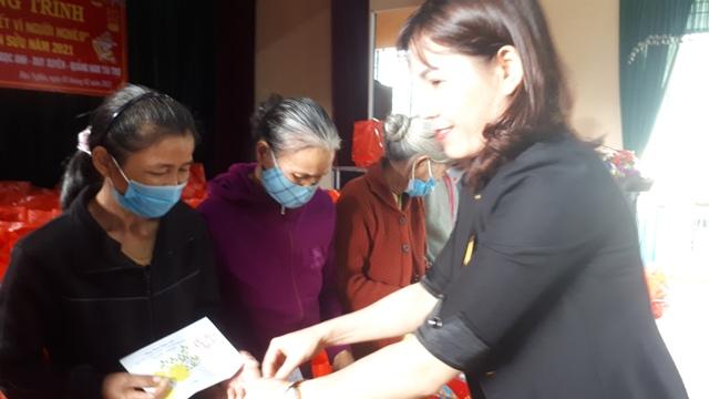 Đồng chí Lê Thị Minh Tâm - TUV- Chủ tịch HND tỉnh trao quà cho bà con nông dân